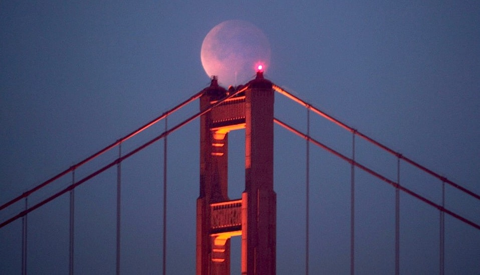 golden gate bridge lunar eclipse dec 2011